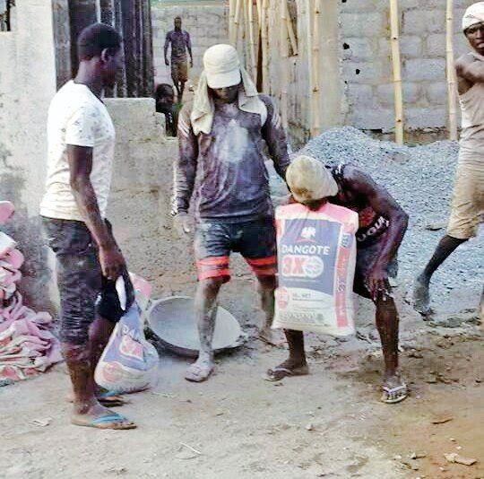 Jaxx or stunt? Man carries bag of cement with his teeth. (photos)