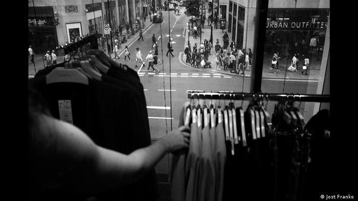 Vista de dentro de uma loja para a rua