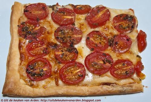Bladerdeegtaart met kaas en tomaten