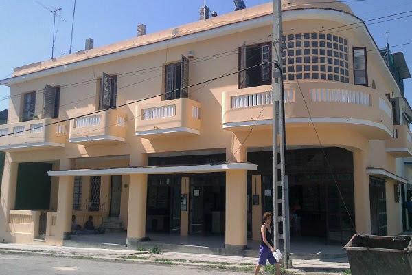 Edificación y farmacia que pertenecían a la abuela de Olivia (foto del autor)