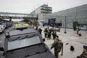 Des militaires patrouillent à l'extérieur de l'aéroport.... (Photo Benoit Tessier, REUTERS) - image 1.0