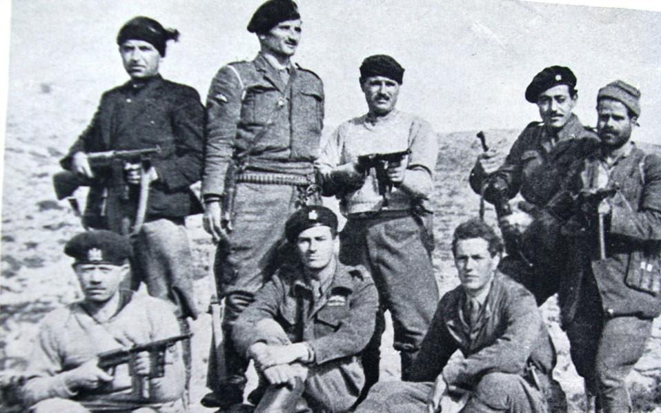 Η «ομάδα της απαγωγής» του Γερμανού στρατηγού Κράιπε στην Κρήτη. Ο Πάτρικ Λη Φέρμορ και ο Στάνλεϊ Μος είναι καθιστοί στο κέντρο, περιτριγυρισμένοι από τους Κρητικούς αντάρτες.