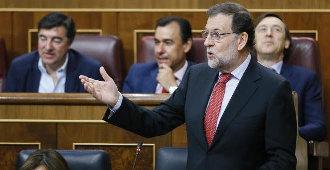 El presidente del Gobierno, Mariano Rajoy (d), interviene en la sesión de control al Ejecutivo celebrada en la Cámara Baja. Rajoy, ha ratificado su confianza en los ministros Cristóbal Montoro y Rafael Catalá frente a la reprobación de que han sido objeto
