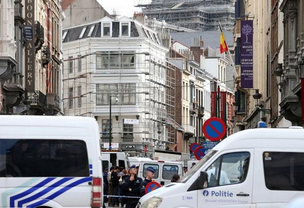 Policiais cercam o local do tiroteio neste sábado (24) em Bruxelas, na Bélgica (Foto: Nicolas Maeterlinck/Belga/AFP)