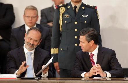 Madero y Peña durante la firma del Pacto por México. Foto: Germán Canseco