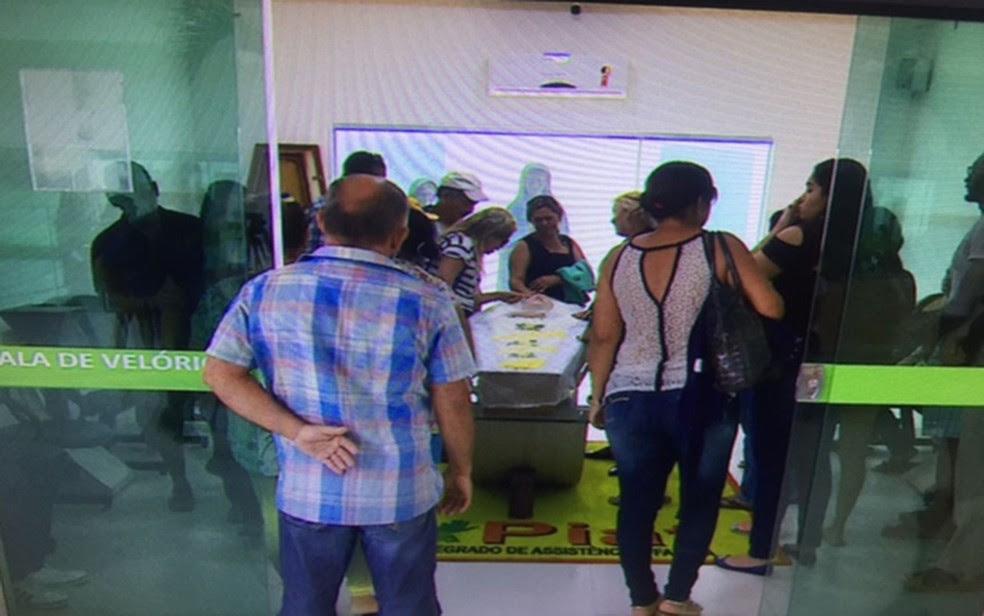 Fãs da cantora estiveram na funerária para se despedir . (Foto: Reprodução/TVSergipe)