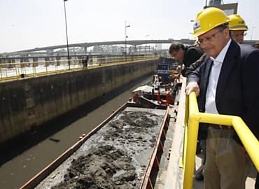 Governador Geraldo Alckmin visita obras no rio Pinheiros, em SP; o tucano tem evitado comparecer a eventos em que pode ser alvo de protestos