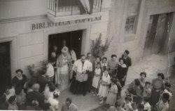 Inauguració de la Biblioteca el 18 de juliol de 1950, amb la presència del bisbe Perelló; el director de Caixa de Manresa, Sr. Domènech; i el rector de la parròquia, Mn. Joan Orriols. Foto de Josep Marimon Costa. Col·lecció Local de la Biblioteca Salvador Vives Casajuana.