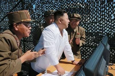 Kim Jong-Un supervisa el ensayo del nuevo motor. / AFP