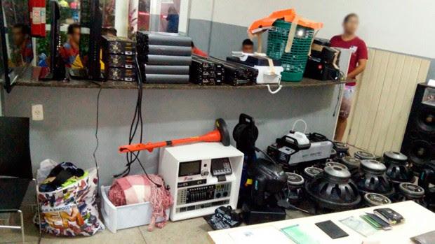 Vários equipamentos de som o objetos foram apreendidos com os suspeitos (Foto: Divulgação/Polícia Militar do RN)