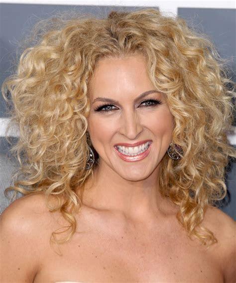 Kimberly Schlapman blonde curly hairstyle   BakuLand   Women & Man fashion blog