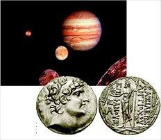 Το αστέρι στο χέρι του ∆ία  και η ηµισέληνος στο αργυρό τετράδραχµο «µαρτυρούν» κατά τον καθηγητή  Ρόµπερτ Γουάιρ την έκλειψη του ∆ία από τη Σελήνη  (στην εικόνα επάνω, ο ∆ίας  και οι δορυφόροι του) που  συνέβη στις 17 Ιανουαρίου  του 121 π.Χ. και ήταν ορατή από την Αντιόχεια, πρωτεύουσα του κράτους των Σελευκιδών. Η αξία του στην αγορά  εκτιµάται περί τα 300 δολάρια