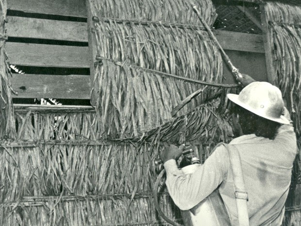 Aldo Moura em borrifação no campo na década de 70 (Foto: Aldo Moura/Arquivo pessoal)
