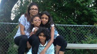 Ensaf Haider, la conjointe de Raif Badawi et ses trois enfants.
