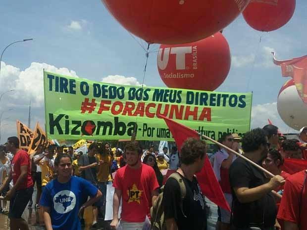 Representantes da CUT durante protesto em Brasília pela saída de Eduardo Cunha da presidência da Câmara dos Deputados (Foto: Jéssica Nascimento/G1)