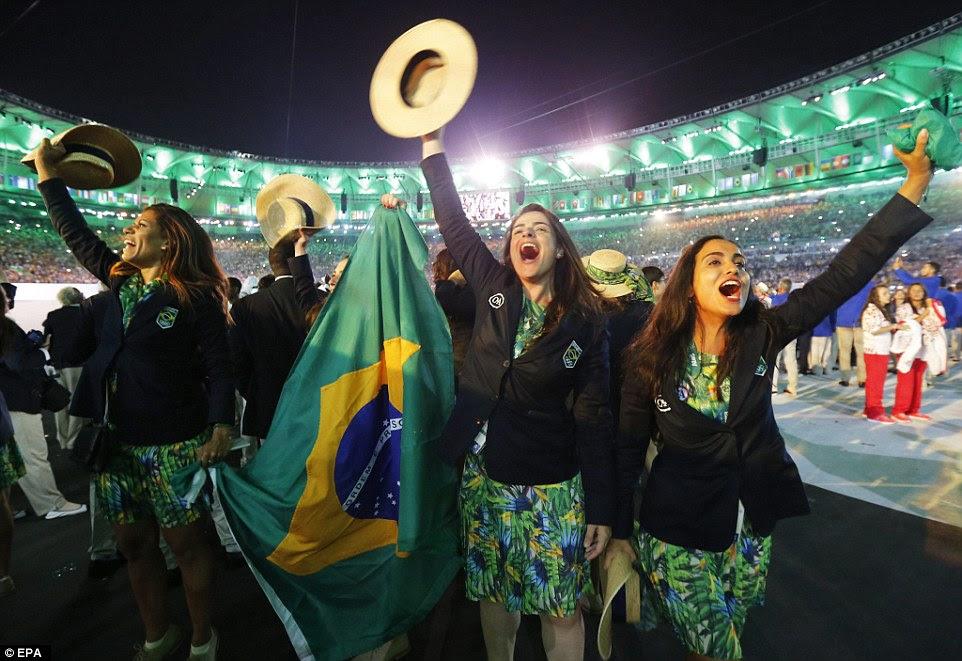 Os membros da delegação brasileira aplaudiu durante a Cerimônia de Abertura dos Jogos Olímpicos Rio 2016