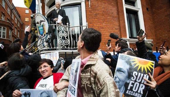 Julian Assange en el balcón de la embajada de Ecuador en Londres. Foto: AFP.