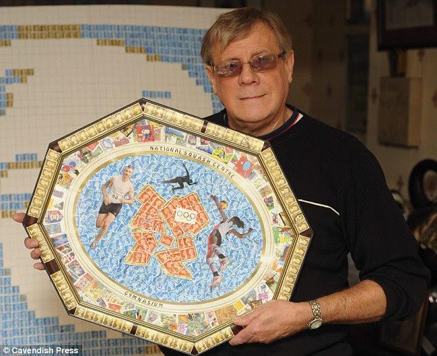 O que um prato: John com uma das colagens placa que ele criou, em comemoração ao Jogos Olímpicos de 2012 em Londres