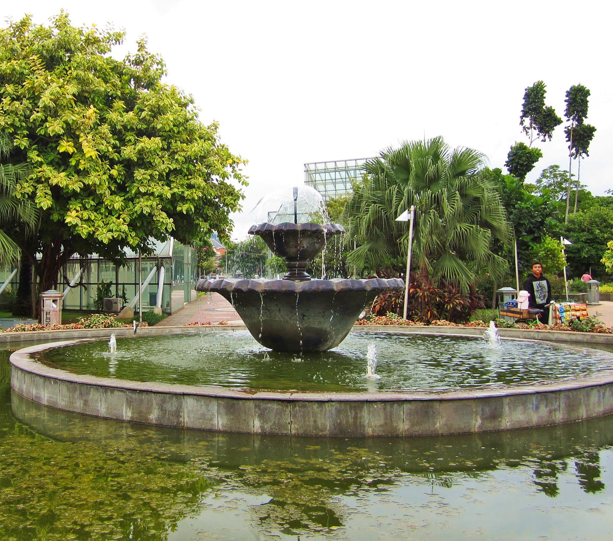 Jalan Jalan Sore Ke Taman Menteng Cakrawala Evi Indrawanto