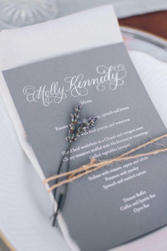 Grau und Lavendel-Hochzeits-Menü mit Bindfaden