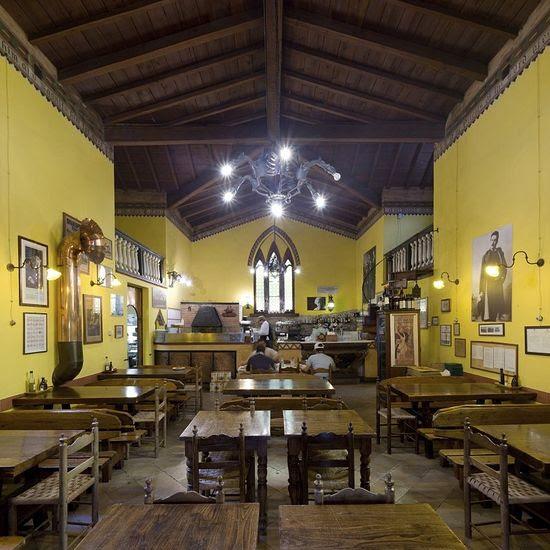 Πίτσα ή άζυμο ψωμί;  Όλο το ίδιο πράγμα: οι δύο γύρο.  Στην Εκκλησία των Αγίων Πάντων στο Viareggio, όπου προηγουμένως κήρυξε για την ηθική, τώρα πίνουν κρασί, οι νέοι ιδιοκτήτες έχουν ανοίξει στο κτίριο αυτού του τόπου