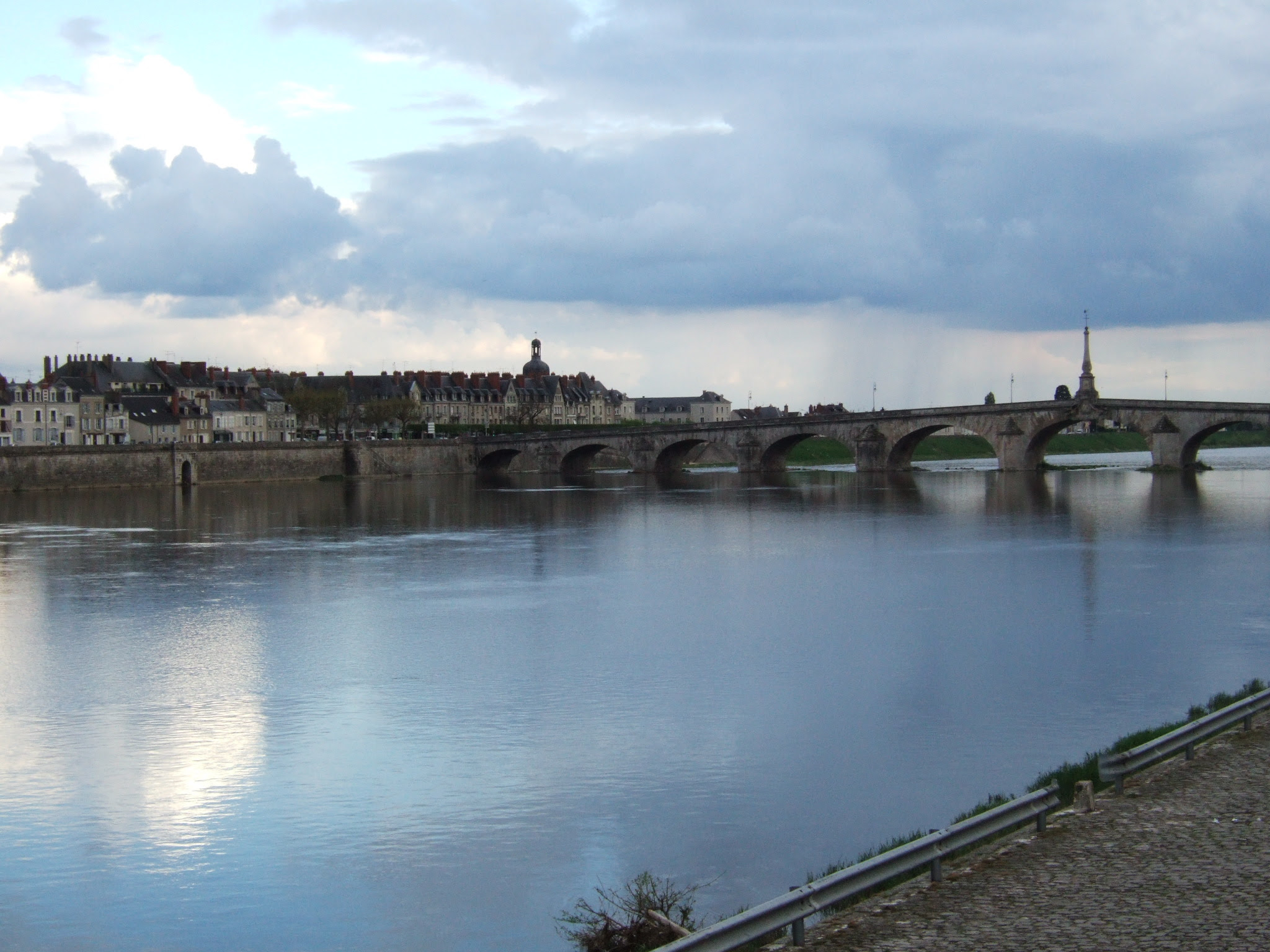 http://upload.wikimedia.org/wikipedia/commons/1/12/Loire_River_Blois.jpg