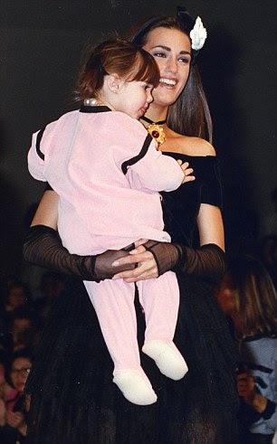 A história se repete: Yasmin com Amber de 20 meses de idade, andando o show Chanel em 1991