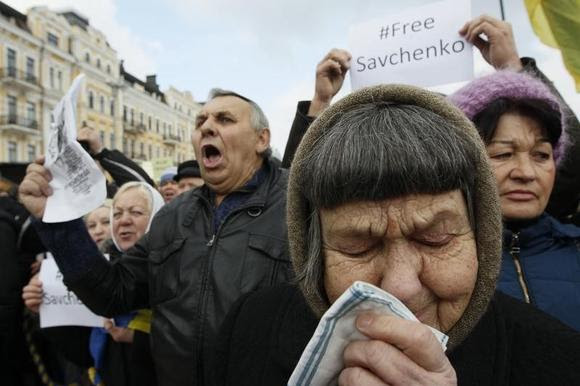 Maria Savchenko (front), mother of Ukrainian army pilot Nadezhda (Nadia) Savchenko, takes part in a rally demanding her daughter's liberation by Russia, in central Kiev March 1, 2015. REUTERS/Valentyn Ogirenko
