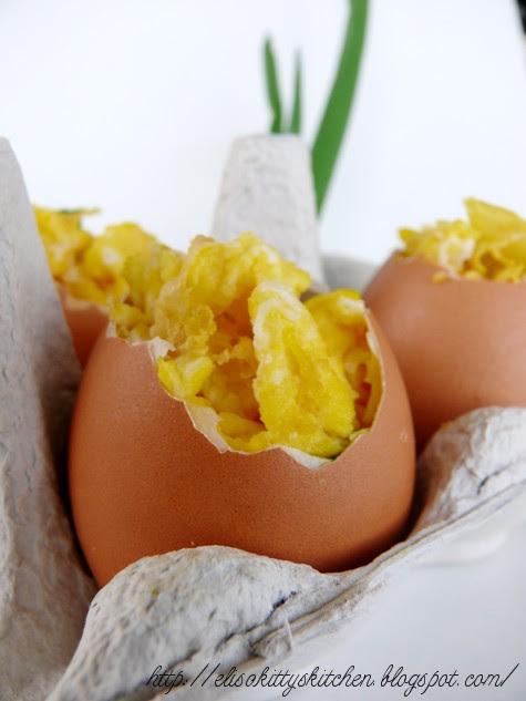 Uova strapazzate con erba cipollina nel loro guscio