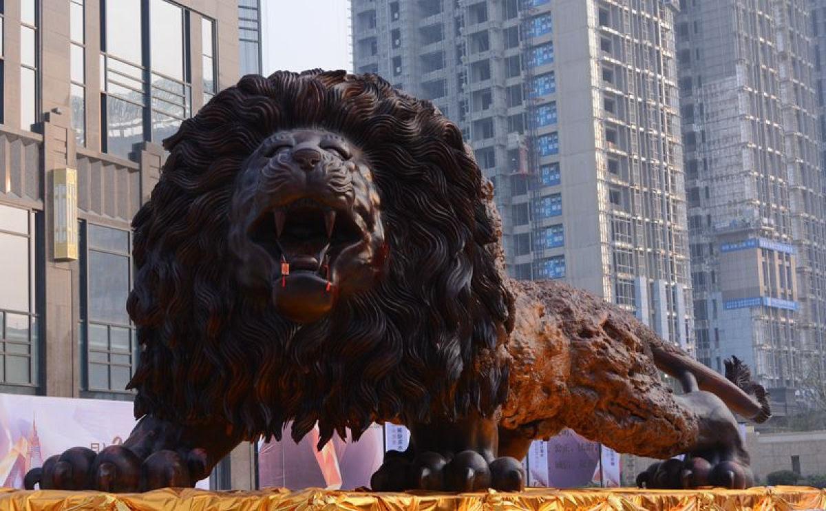 Escultura gigante de um leão levou 3 anos para ser esculpida em único tronco de sequóia por 20 pessoas 01