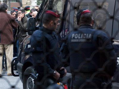 Dos mossos vigilan una concentración en Barcelona - PÚBLICO / ARNAU BACH