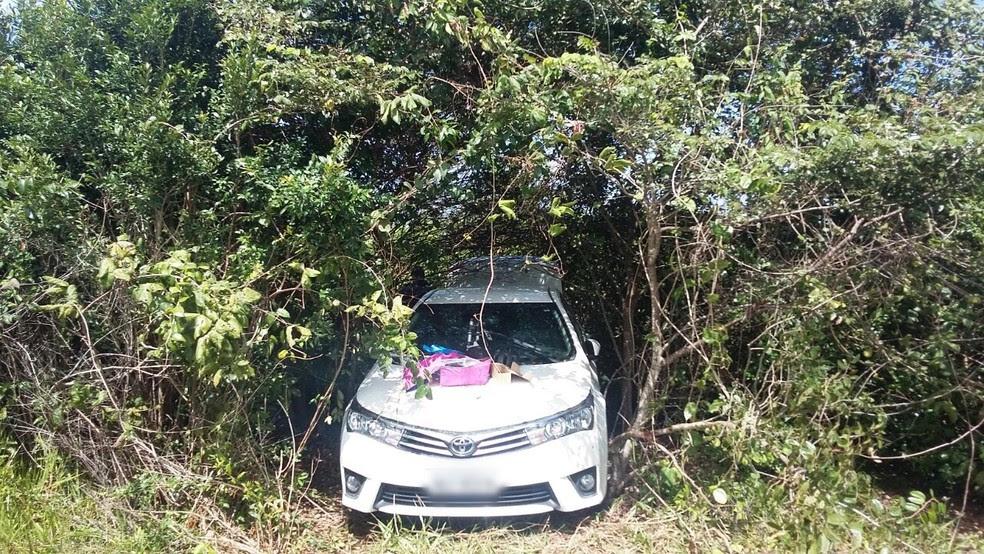 Carro foi roubado, achado em meio a um matagal, depois roubado pela segunda vez e mais uma vez recuperado (Foto: Divulgação/PM)