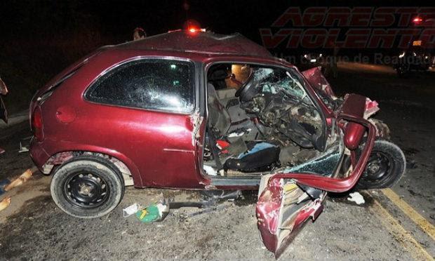 Veículo de passeio teria invadido faixa contrária e batido de frente em caminhão / Foto: Divulgação/Agreste Violento.