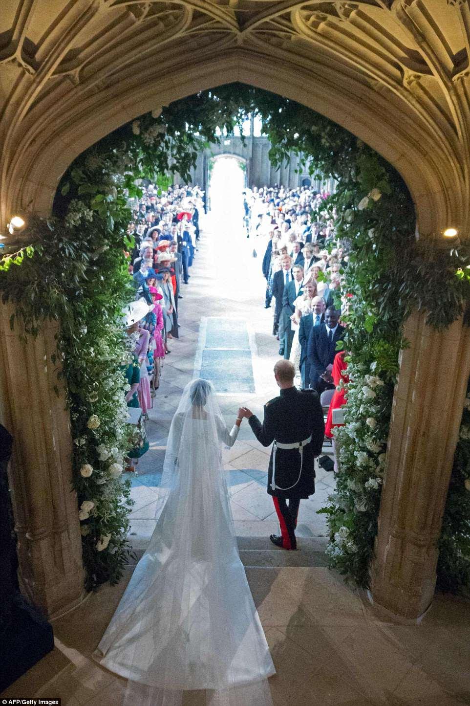 Meghan y Harry salen de la capilla después de intercambiar los votos en una boda bastante extraordinaria