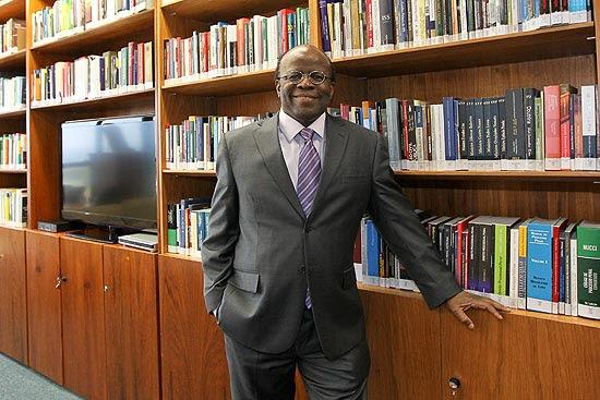 O ministro Joaquim Barbosa em seu gabinete no STF (Supremo Tribunal Federal), em Brasília