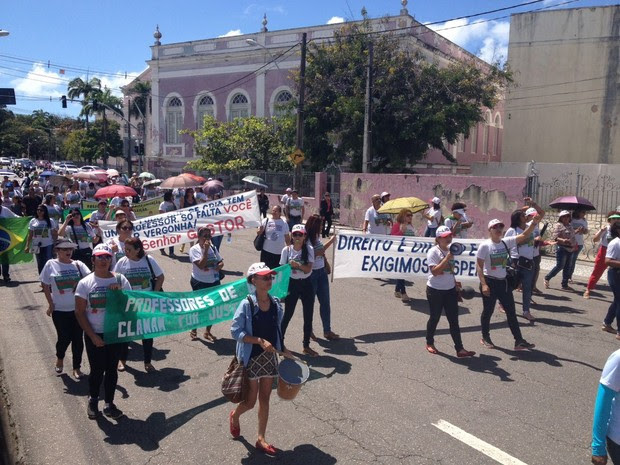 Professores de Goiana fazem passeata pelas ruas do Centro do Recife nesta segunda (8) (Foto: Ana Regina/TV Globo)