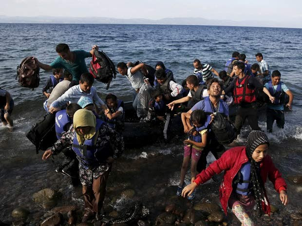 Migrantes afegãos chegam neste domingo (23) à ilha de Lesbos, na Grécia (Foto: REUTERS/Alkis Konstantinidis)