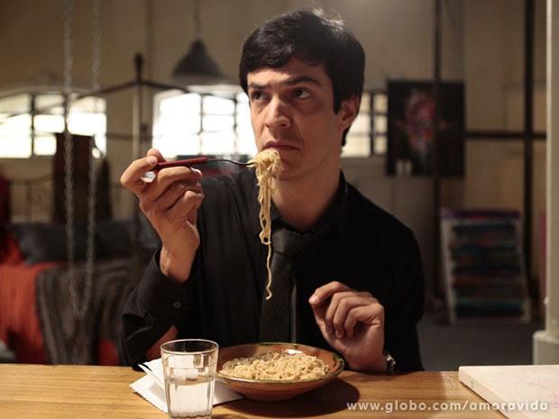 Félix se contenta com uma refeição que até ele sabe preparar (Foto: Pedro Curi/TV Globo)
