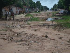 Situação da rua é precária e piora no período chuvoso (Foto: Pâmela Fernandes/G1)