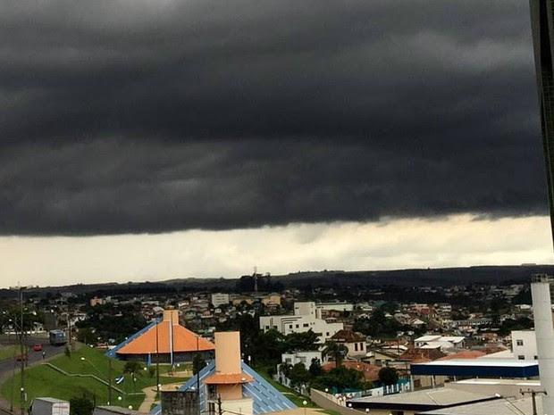 Nuvens carregadas sobre Ponta Grossa derrubaram a temperatura (Foto: Luísa Cristina dos Santos Fontes/Arquivo Pessoal)