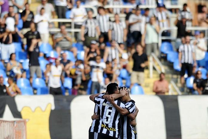 JOgadores do Botafogo celebram gol sobre o Bragantino (Foto: DHAVID NORMANDO/FUTURA PRESS/ESTADÃO CONTEÚDO)