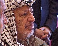 Yasser Arafat usando su acostumbrado keffiyeh.