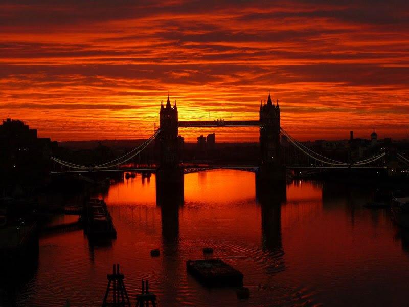 Ηλιοβασίλεμα πάνω από την γέφυρα του πύργου του Λονδίνου.