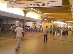 Placas só em português na Estação de Metrô do Recife. (Foto: Luna Markman/G1)
