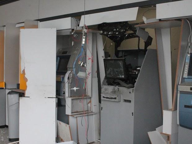 Caixa eletrônico foi explodido em Petrolina, PE (Foto: Juliane Peixinho/ G1)
