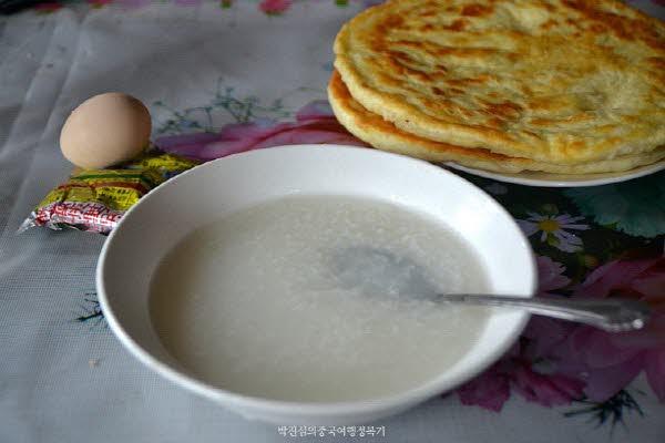 위뻥의 아침은 항상 죽과, 바바(粑粑 운남 떡), 계란, 그리고 중국 대표 짠지 짜차이(榨菜)이다.
