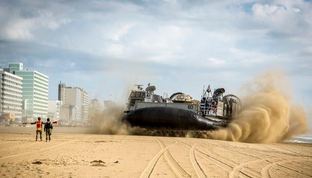 Este enorme aerodeslizador militar parece llegado del espacio exterior