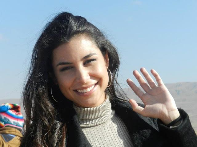 Jessica Jordan sonriendo y saludando con la mano