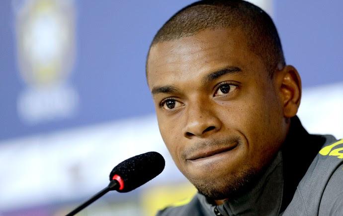 Fernandinho na coletiva da Seleção (Foto: AP)