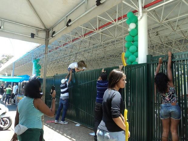 Jovem recebe ajuda para pular o portão do colégio Sigma, na Asa Sul (Foto: Kelsiane Nunes/DA Press)